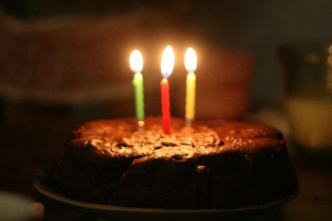 ろうそくの点いた誕生ケーキも余裕で手持ちで撮れる