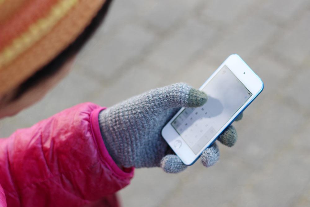 フリック入力手袋は完全に指と同じ感度です