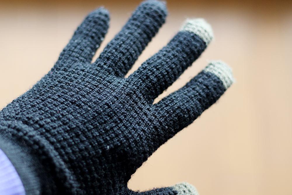 スマホの使える手袋のカラクリは、指先が電気の通る糸になっていること