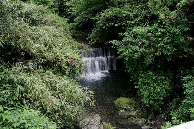 杉王神社の近くにはこんな滝があります