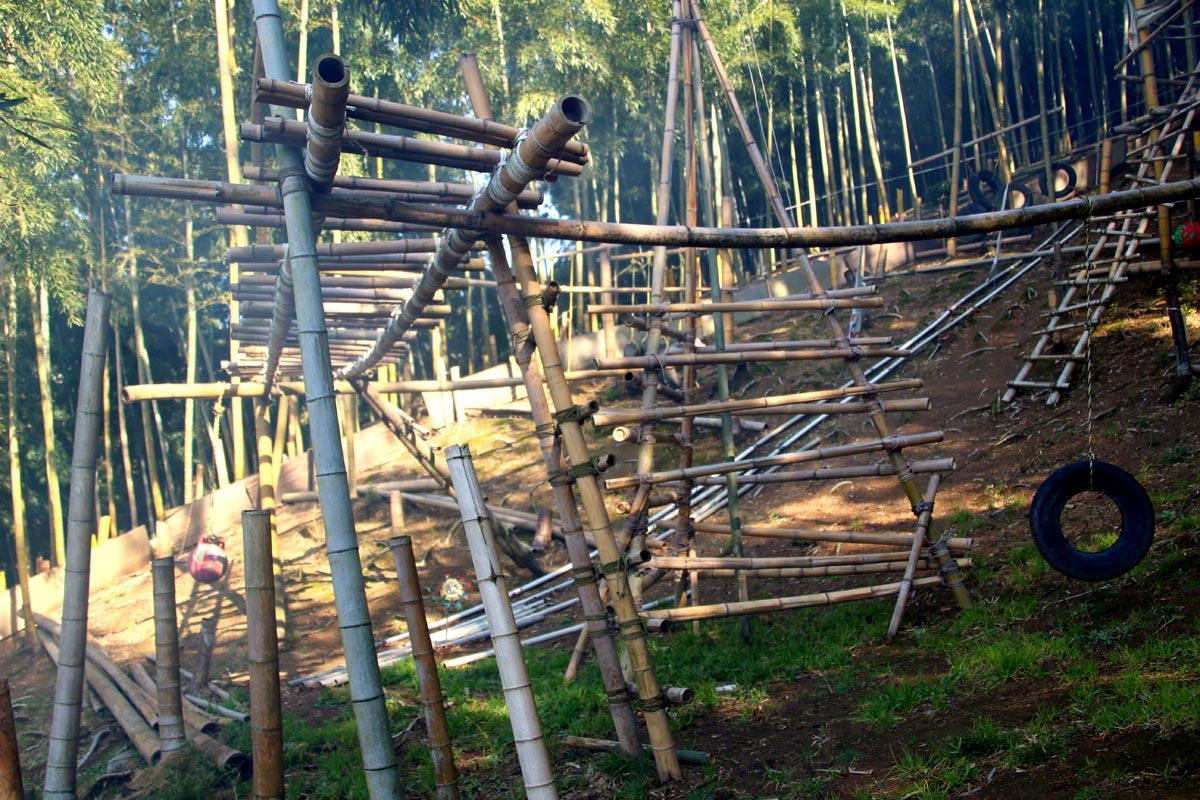 「かぐや姫プレイパーク」にあるたくさんの竹でできた手作り遊具