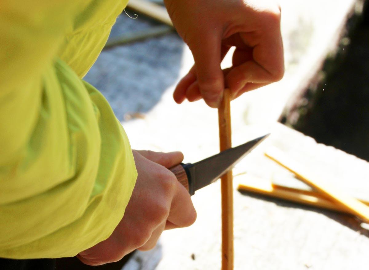 ナイフで竹の箸を作る