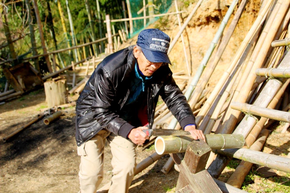 のこぎりで竹細工を作る竹森さん