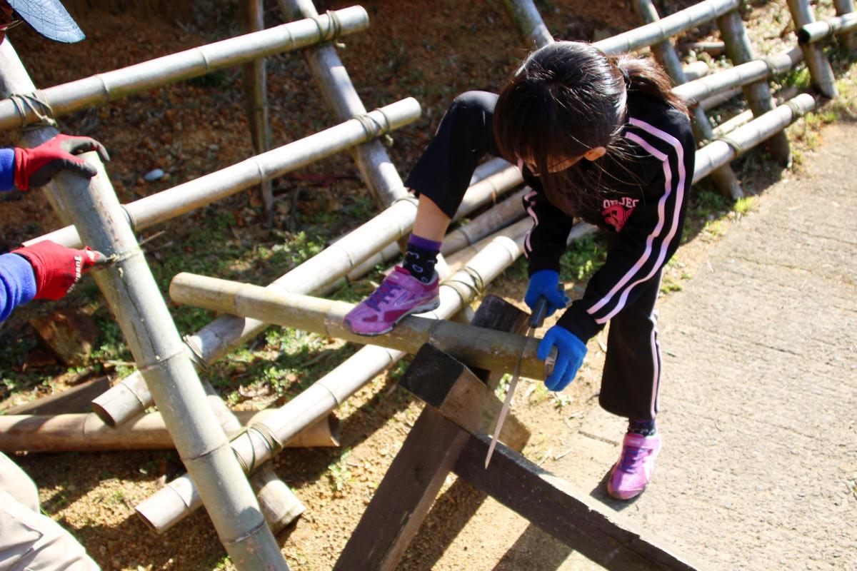のこぎりで竹の器を作る(小学4年生)