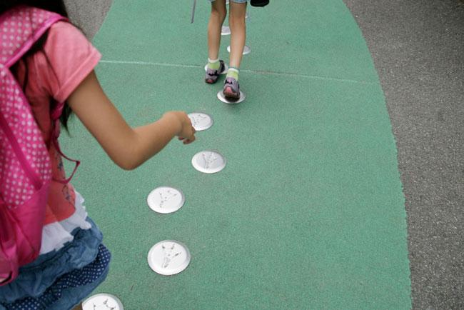 子どもたちは足あとを追って楽しめる!