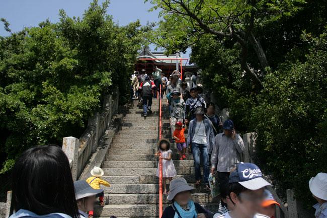 津嶋神社本殿へと続く階段