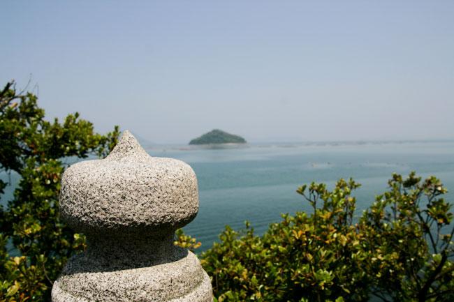 神社の擬宝珠と海のコンビネーションがイイ