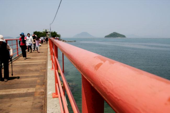 250メートルの「つしま橋」が唯一の島への道