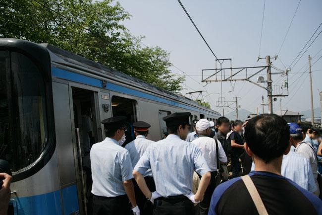 駅に到着したけどもちろんめっちゃ混んでいます