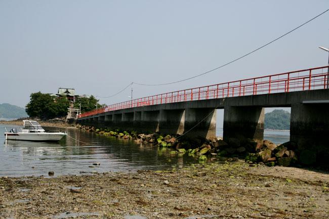 橋の向こうにあるのが津嶋神社