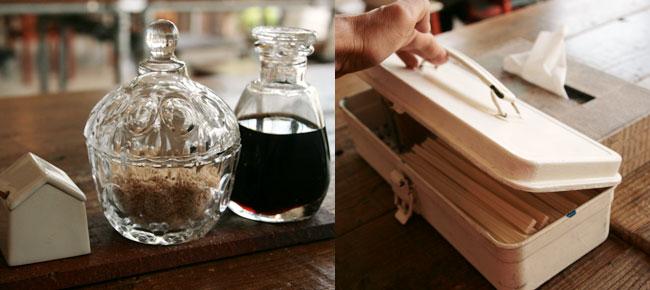 調味料の瓶と箸の入った箱(工具入れ)