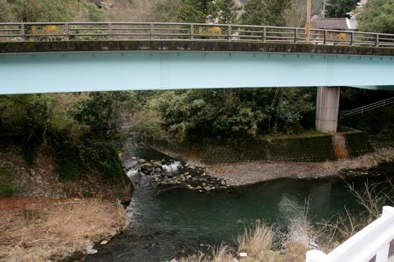 水色の橋こと「落合橋」と下に見える土器川上流