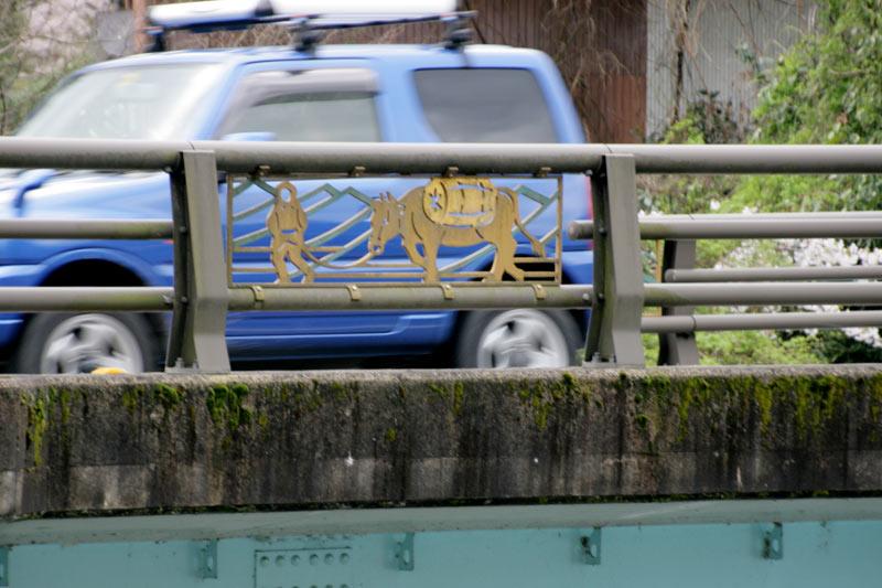 こんな牛のマークの橋に着いたら横を見てください