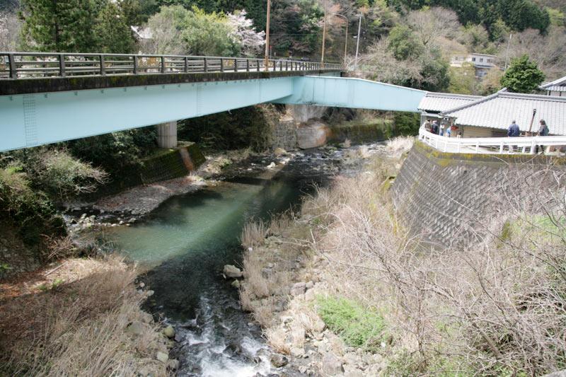 谷川米穀店と横の水色の橋