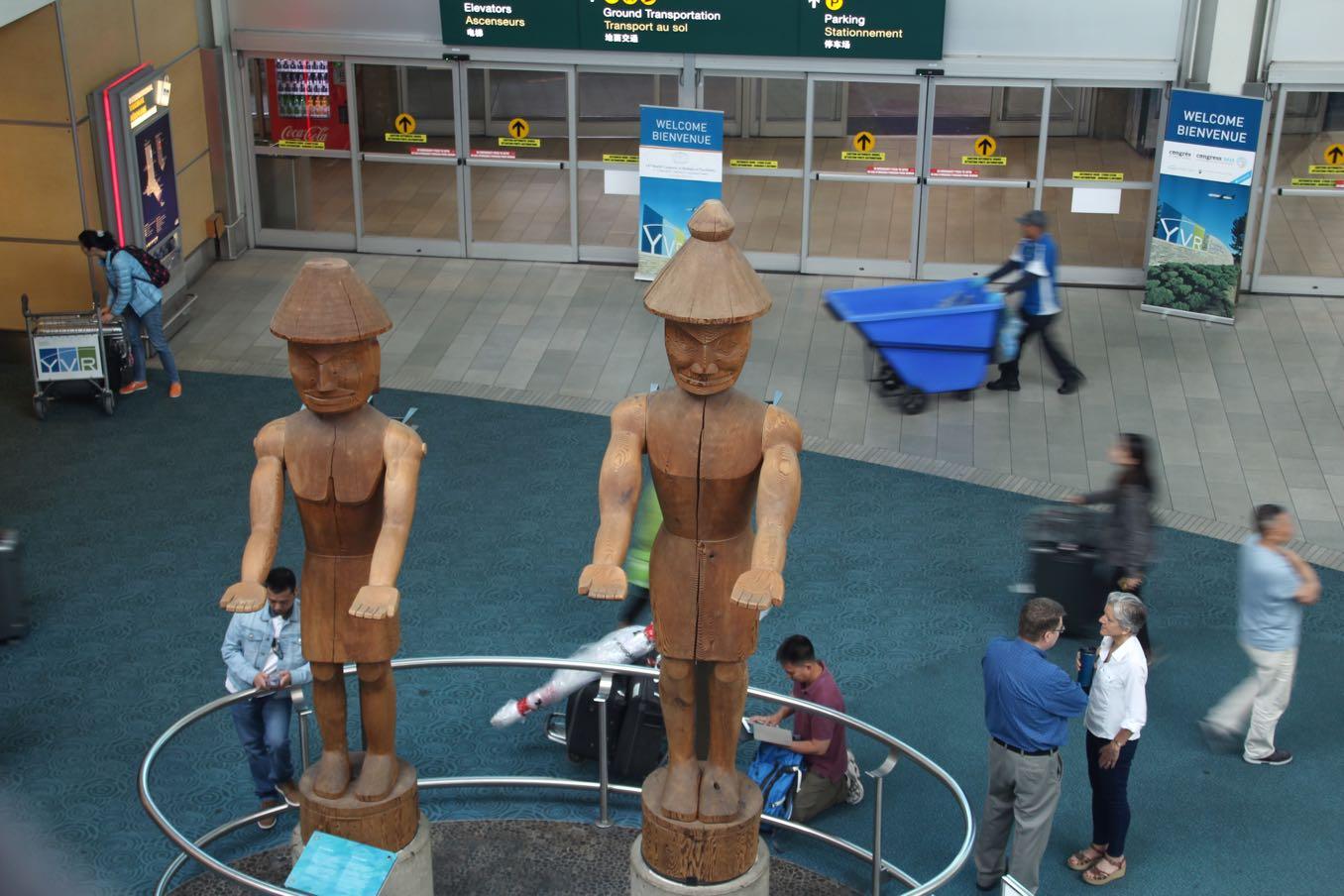 バンクーバー国際空港の出口前の像