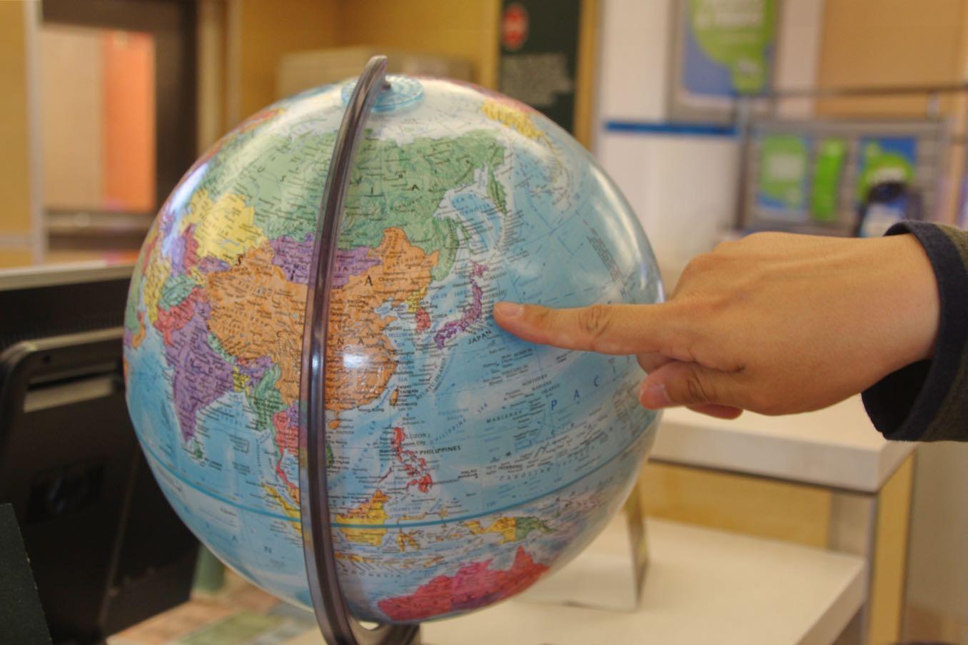 インフォメーション前の地球儀