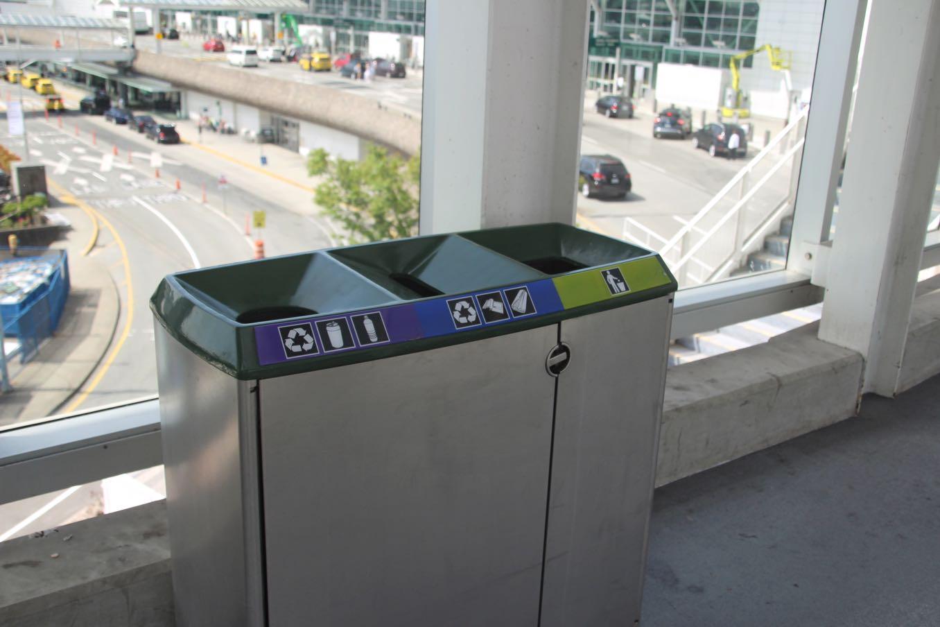ゴミ箱もロゴカラー