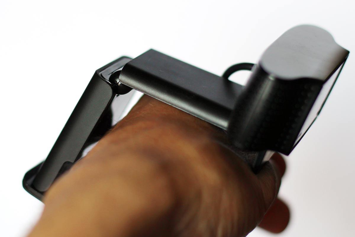 直角に角度を変えてモニターの上に置ける