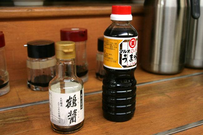 では2種類の醤油でしょうゆうどんを食べ比べましょう