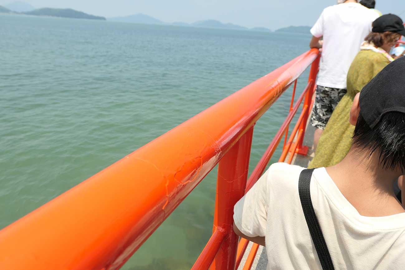 海の上に朱色の橋
