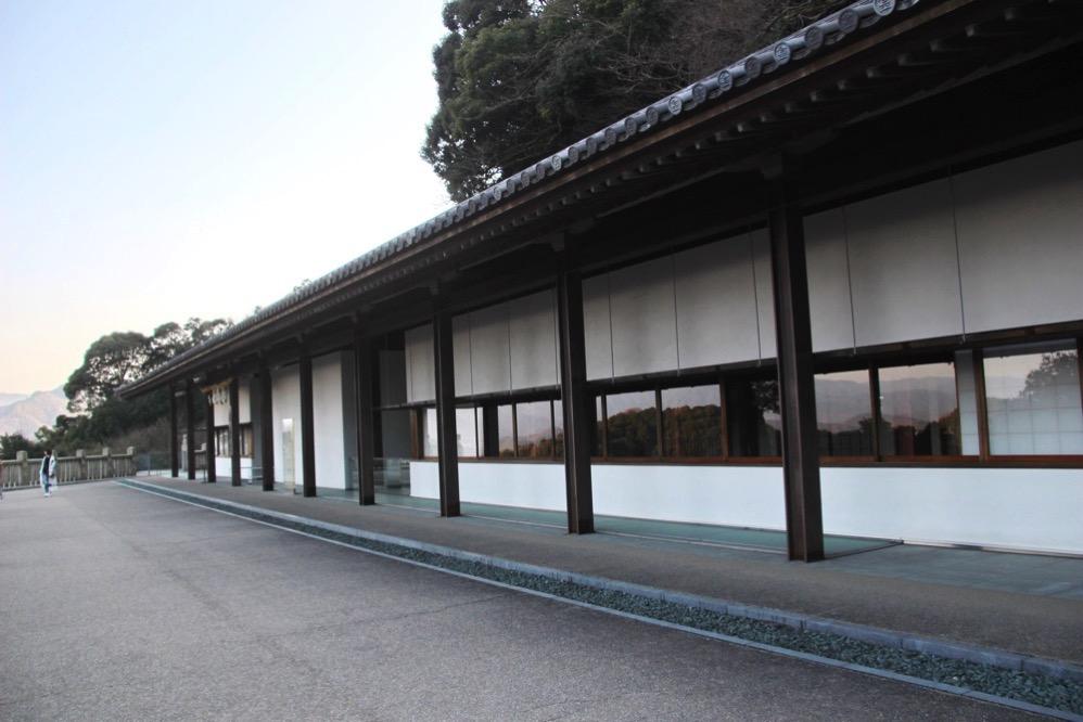 絵馬殿の向こうにある長細い建物