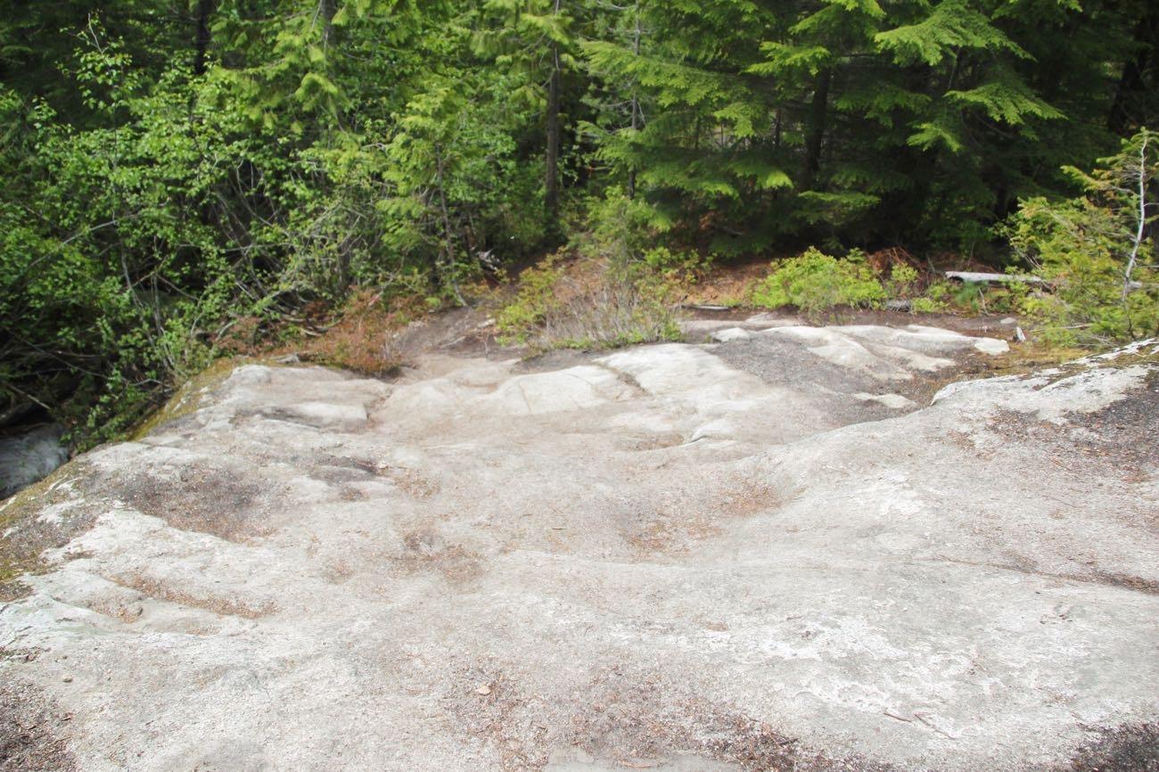 岩の上から下を見る
