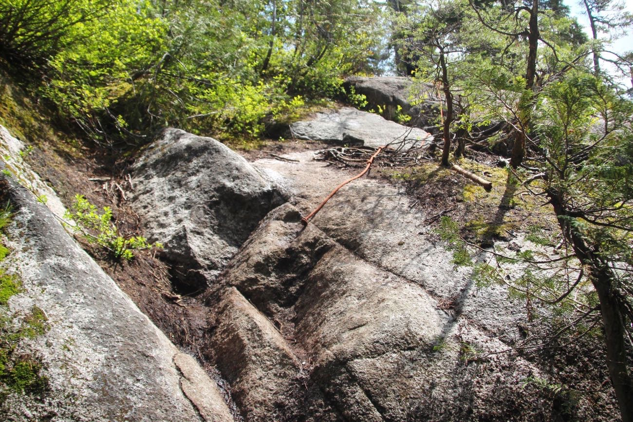 ロープで登る岩