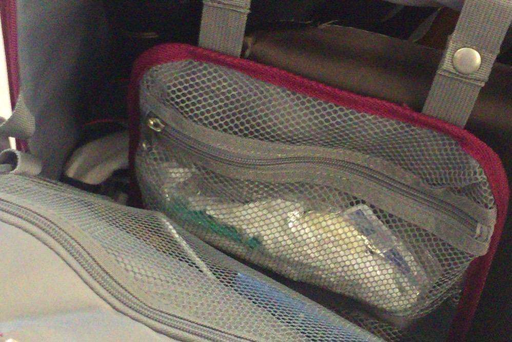 スーツケースを立たせたまま中身のものを取れる!