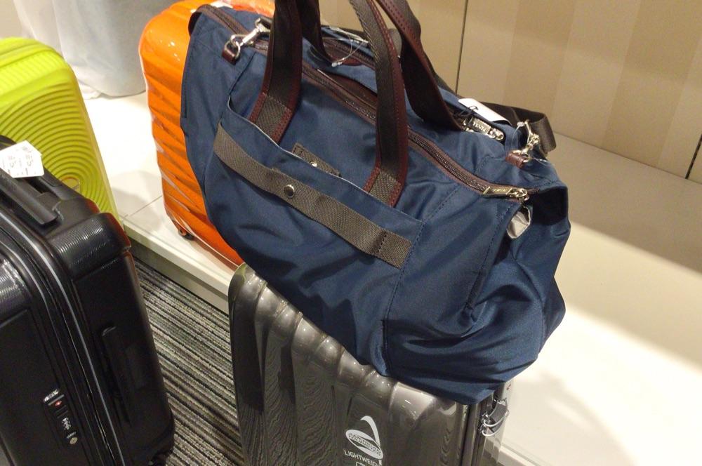 荷物をスーツケースの上に置ける