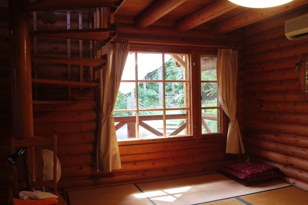 ログハウス内の座敷の窓