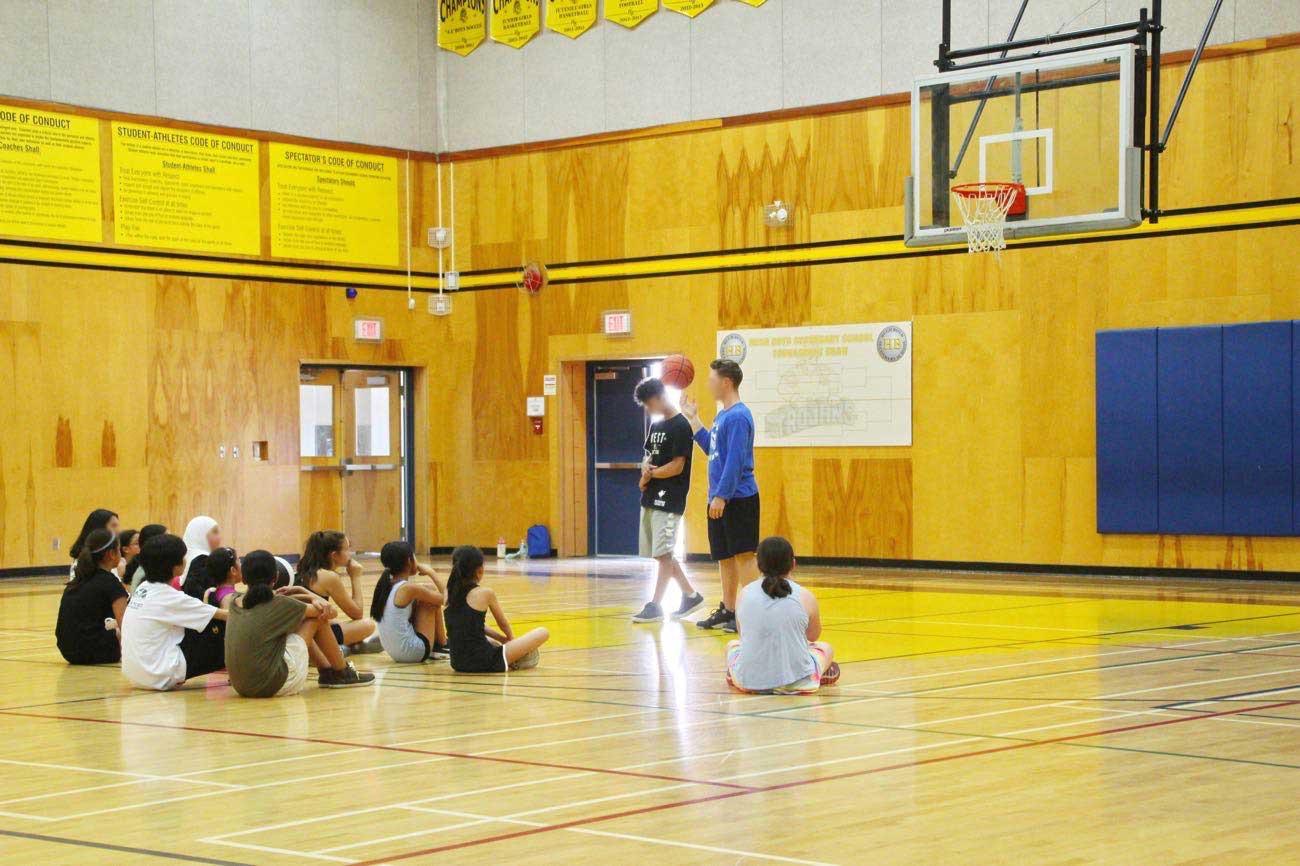 ワンハンドシュートを教えるコーチ