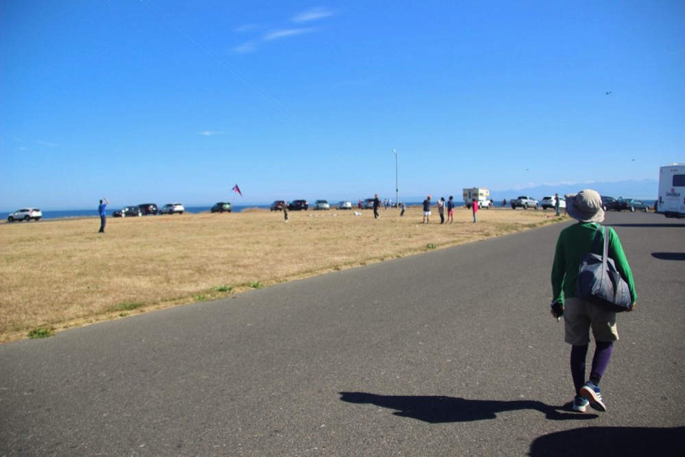 Clover Point Kite Parkで凧揚げをしている人が
