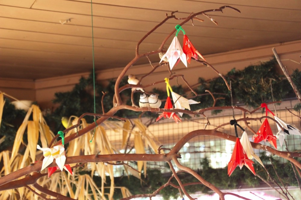 木の枝に折り紙の花