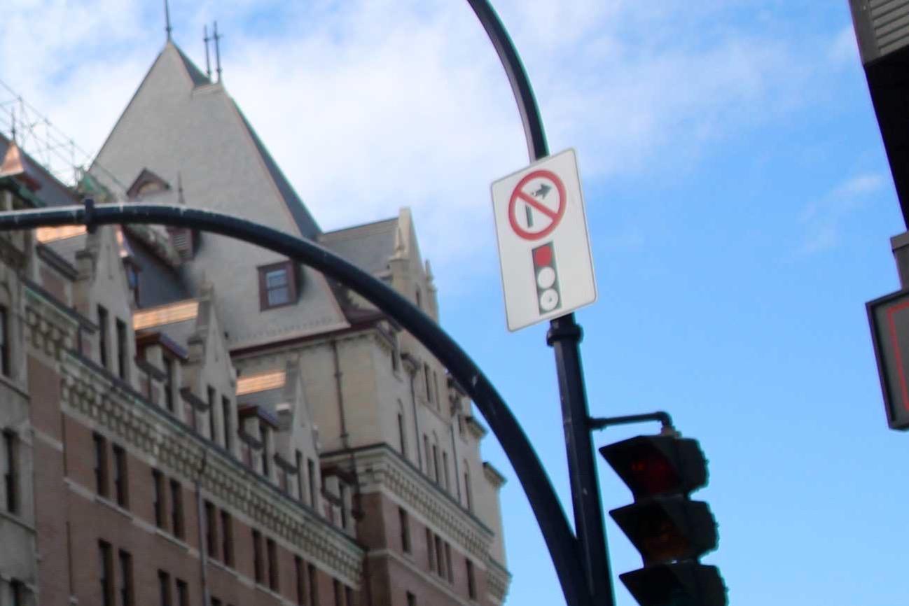 赤信号での右折禁止の標識