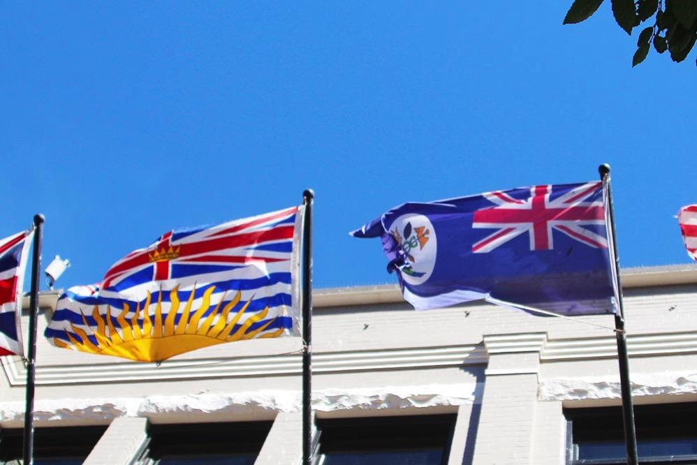 【左】ブリティッシュ・コロンビア州の旗 【右】バンクーバー島の旗