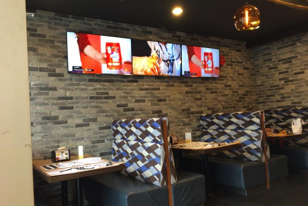 壁では「食べ方」のビデオが流れている