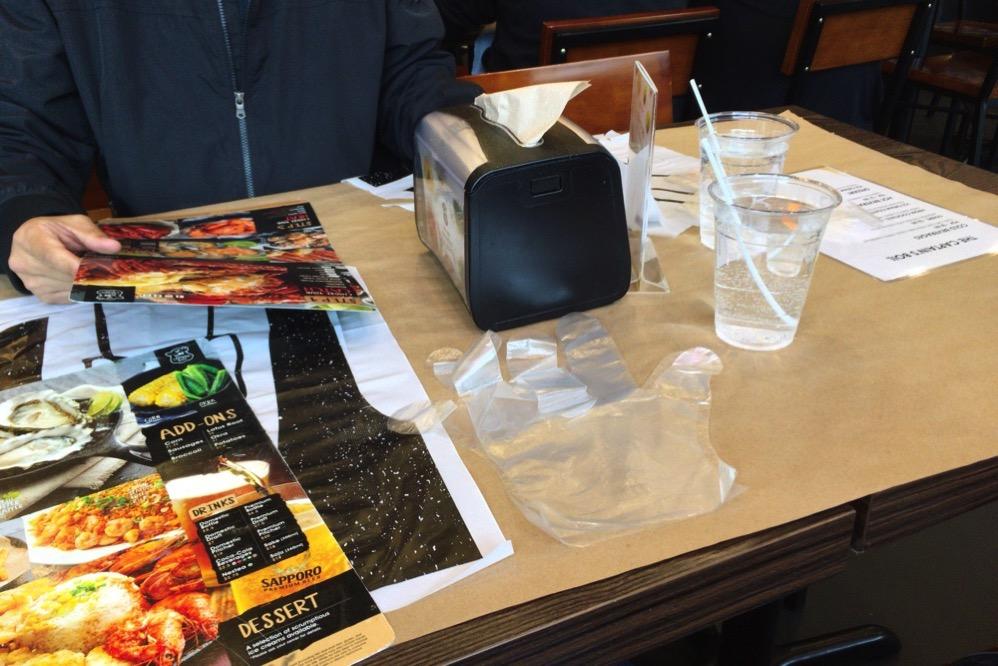 テーブルには手袋のようなものが?