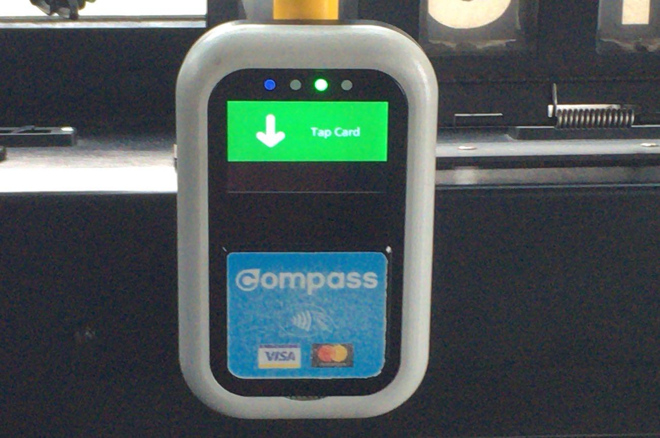 バスの中にあるコンパスカードを当てる機械