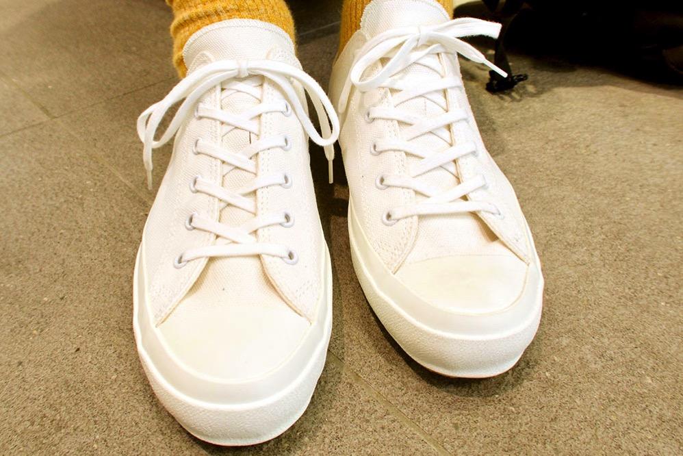 【左】靴紐をきっちりと結んだもの 【右】靴紐をゆるめに結んだもの