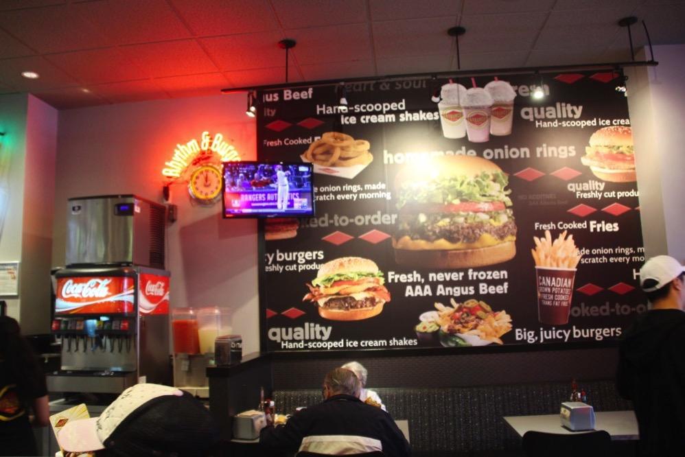 壁にあるFATBURGERのハンバーガーメニュー