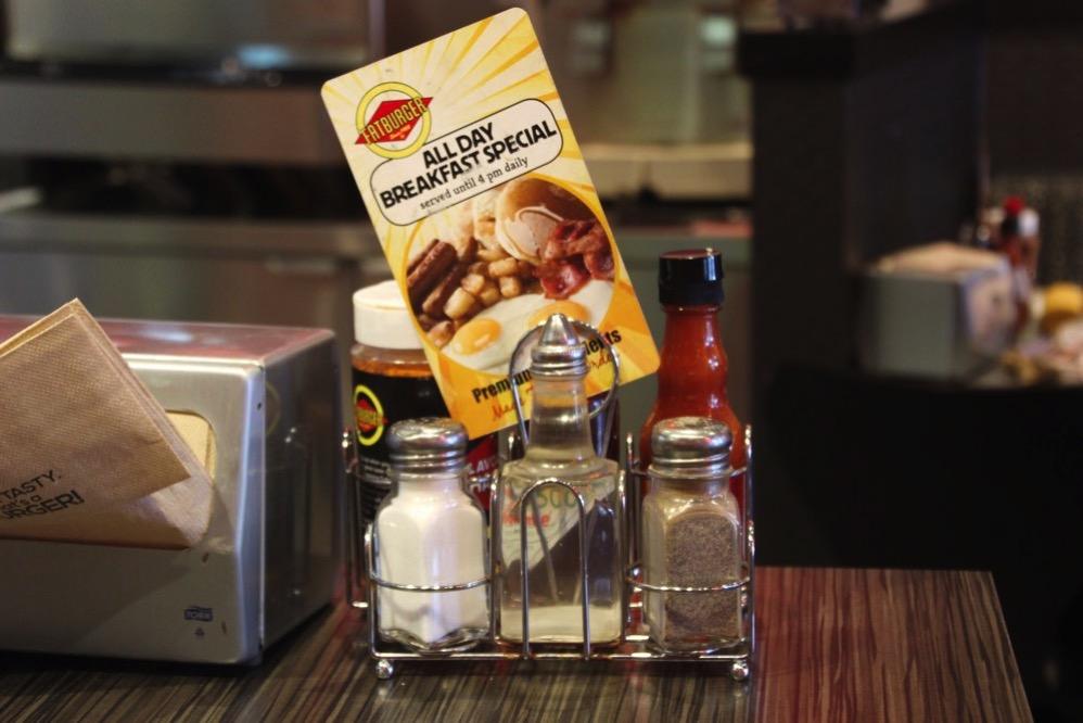 テーブルの上にある調味料