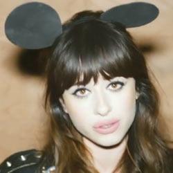 Zeddの「Clarity ft. Foxes」のFoxesって誰?(答)Louisa Rose Allenというたれ眉の女性シンガー