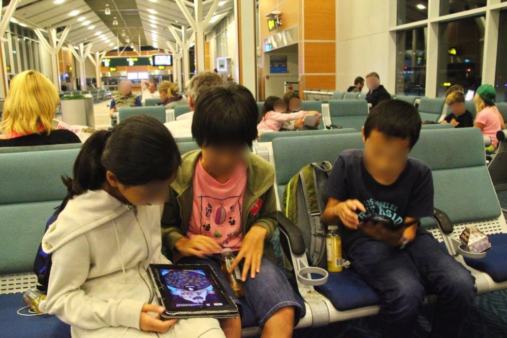子どもたちがゲームに夢中