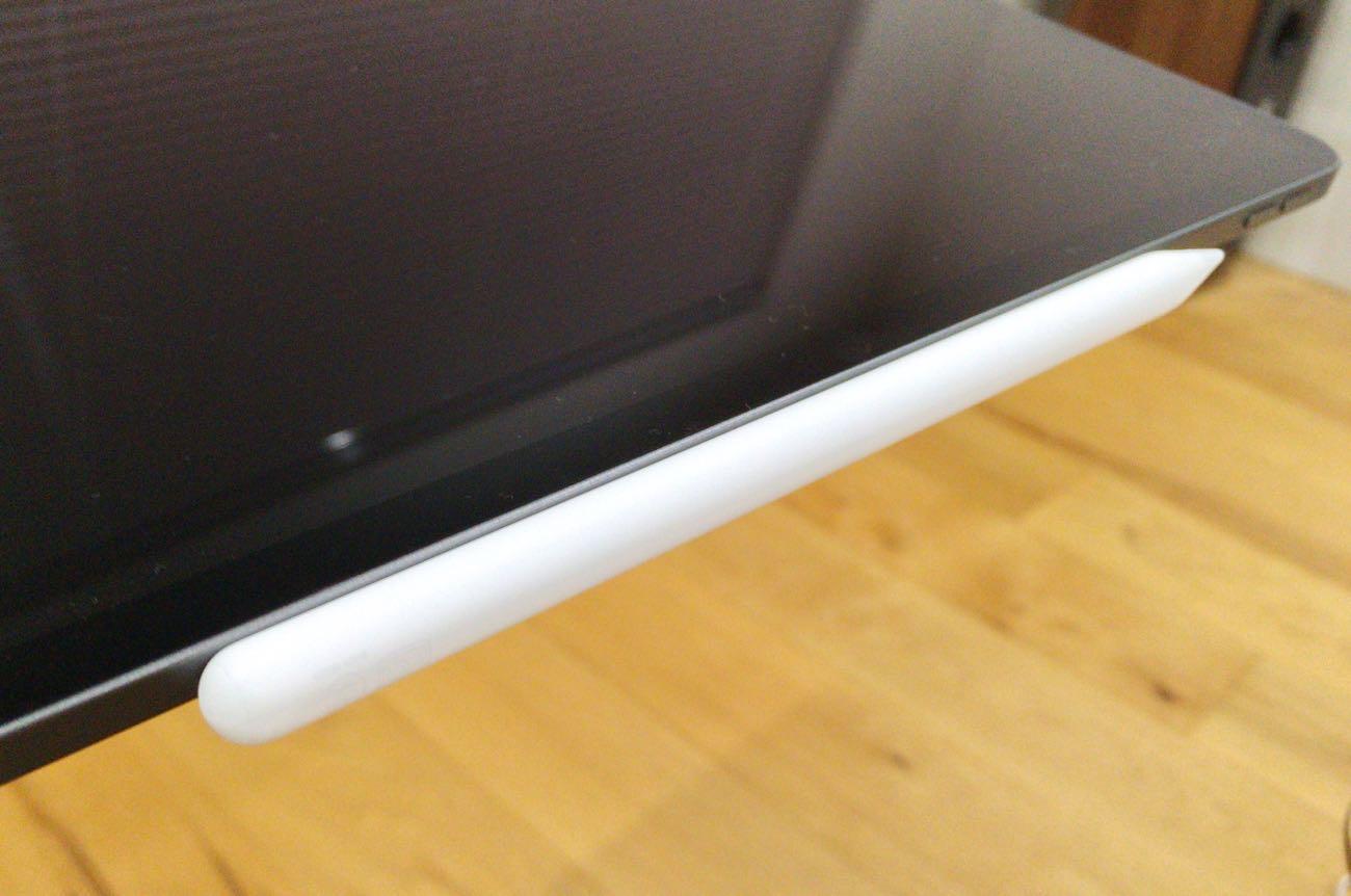 iPad Proの側面にくっつけると充電可能