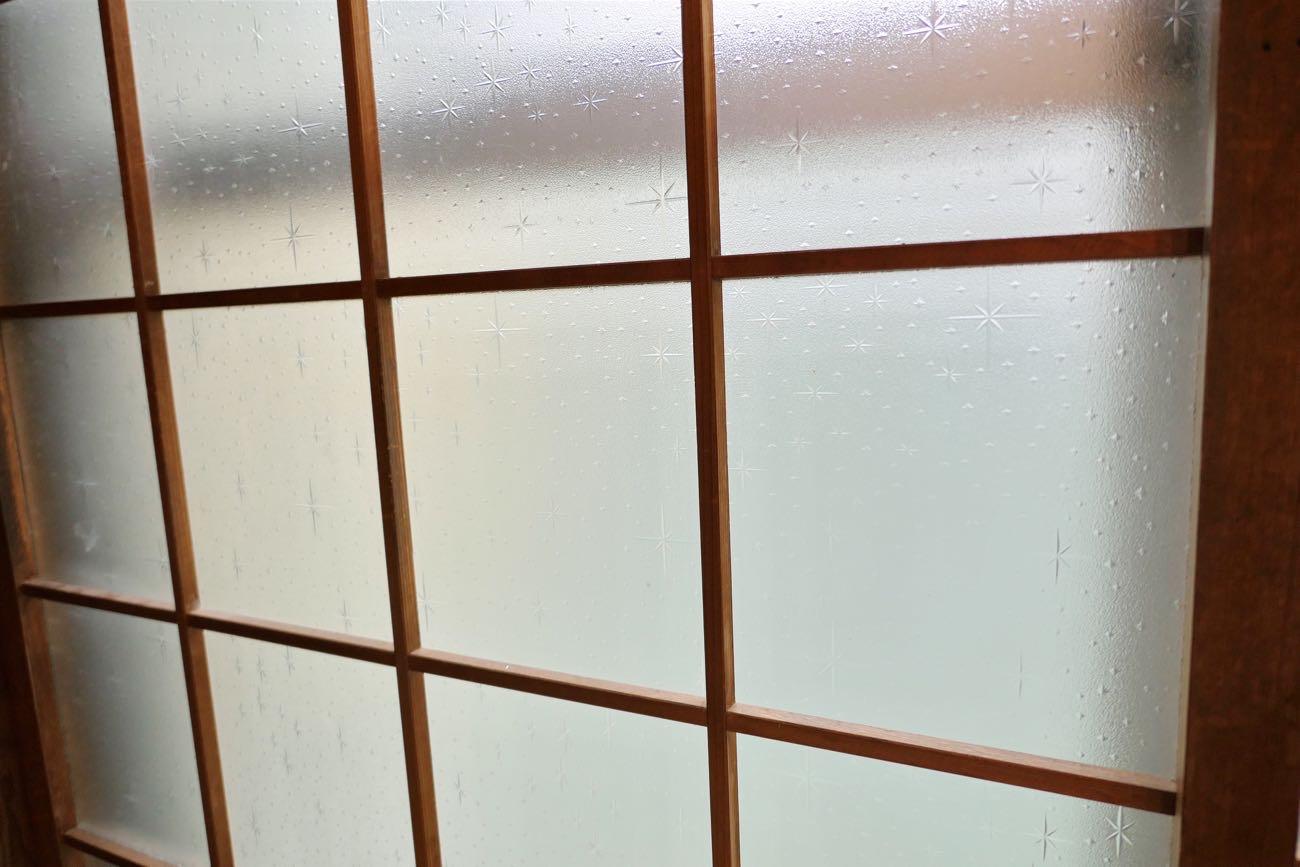 すりガラスが懐かしい昭和風