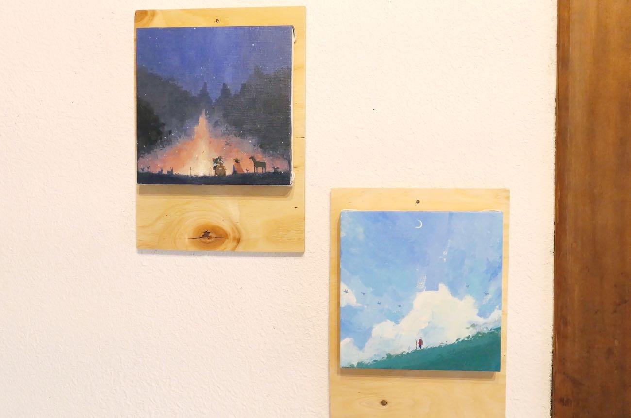 壁には絵画が