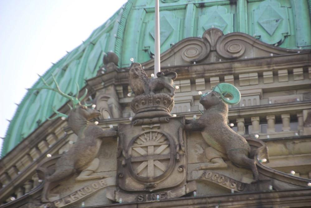 ヤギ、シカなど動物たちの彫刻が