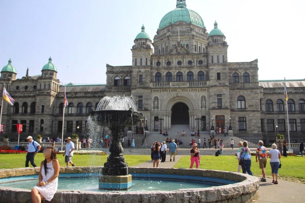州議事堂の前には噴水がある