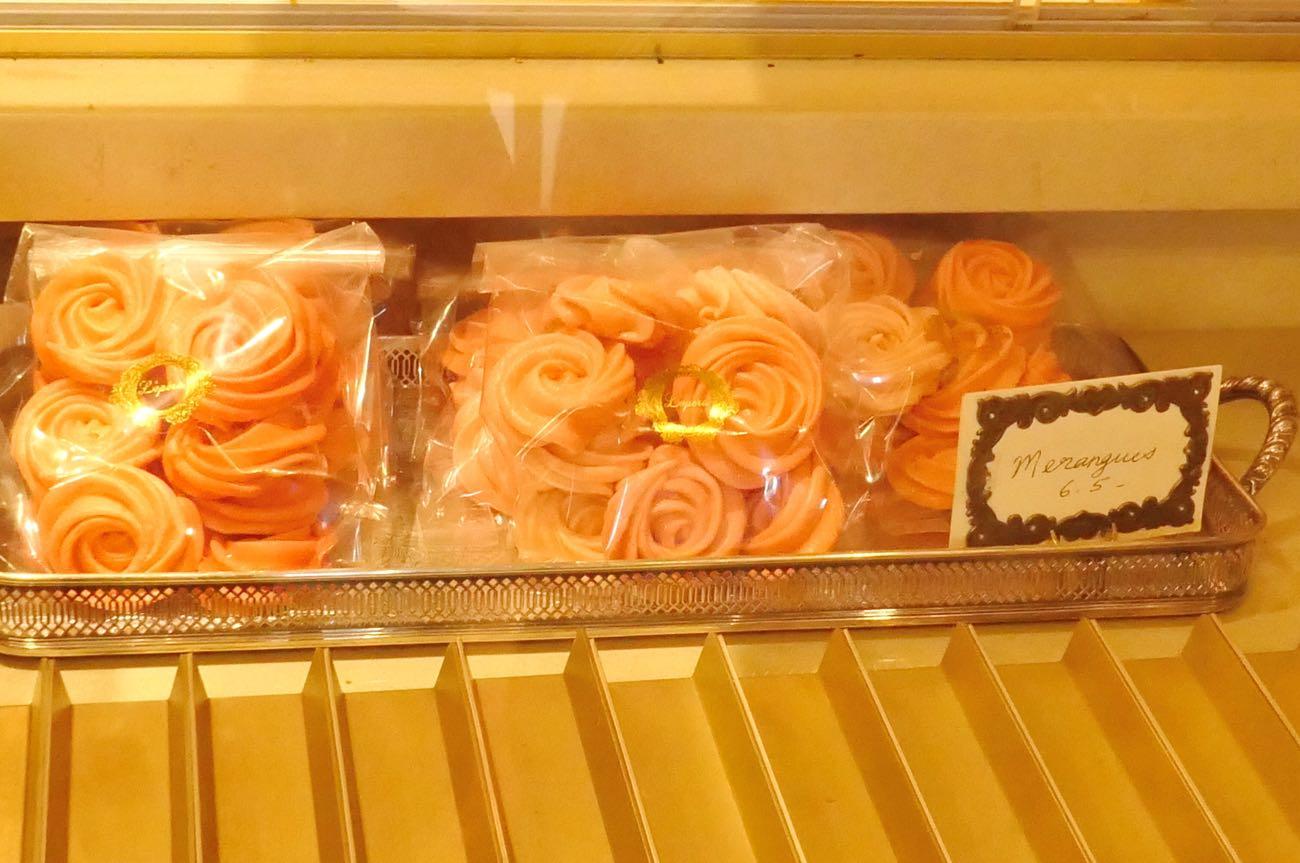 バラの花のようなデザインのお菓子が