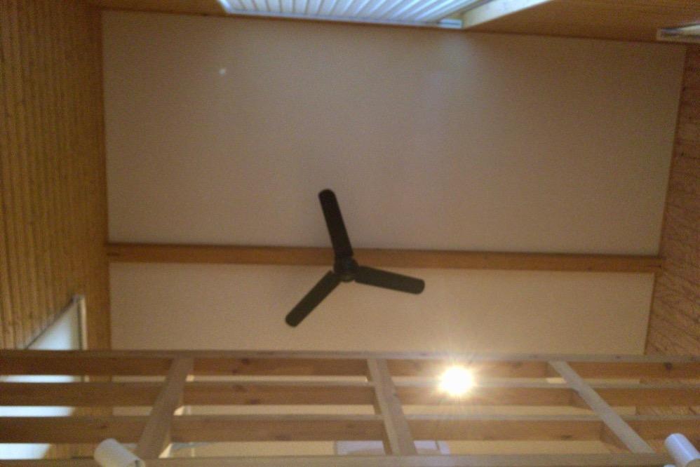 天井にはオシャレなお店にあるアレが